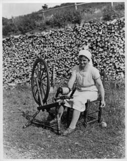 Acadian woman spinning yarn, Cap-Rouge, Cabot Trail, Cape Breton Highlands National Park, Nova Scotia / Acadienne filant au rouet, Cap-Rouge, piste Cabot, Parc national des Hautes-Terres-du-Cap-Breton (Nouvelle-Écosse)