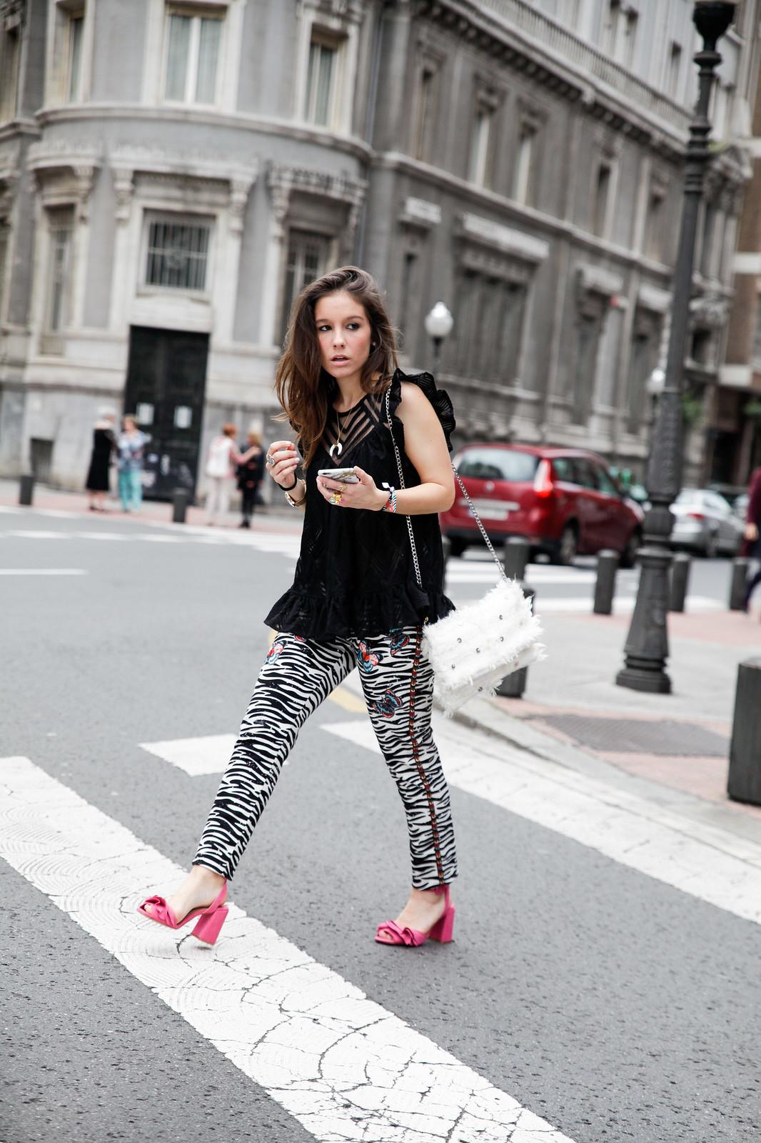 09_Pantalones_Zebra_Blusa_Boho_tacones_rosas_stradivarius_Theguestgirl_outfit_barcelona_streetstyle