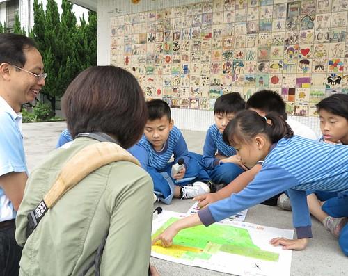 小朋友熱烈分享他們察覺到校園裡有哪些噪音,連鐘聲也可能是噪音來源之一。圖片提供:范欽慧。