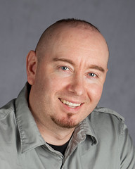 "Aaron Frisch, autor del text de ""La caputxeta vermella"" / ""La niña de rojo""."