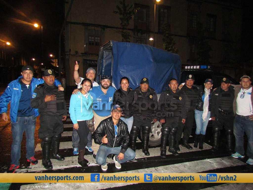 El EXCELENTE trato de la Policia en el México vs Honduras