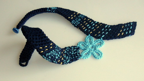 collar azul crochet y bordado
