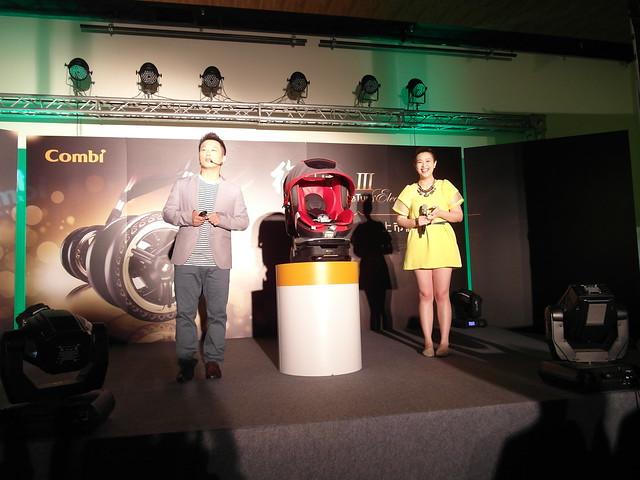 主持人可藍與產品經理解說汽座 Luxtia turn 360 @Combi御捷輪III手推車2014新品上市體驗會