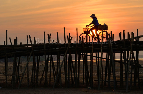 bridge sunset orange woman sun bicycle horizontal soleil construction asia cambodge cambodia femme ngc structure bamboo pont asie velo mekong bambou coucherdesoleil nationalgeographic kampongcham bertranddecamaret