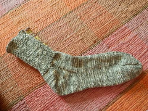носки лежат на коврике
