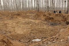 馮學敏帶著志願者前往鄉道南面查看同樣受到污染的農田,自從去年事件爆發以來被清理過後,仍留下許多大坑,這些大坑已經成為當地村民露天焚燒的垃圾場。
