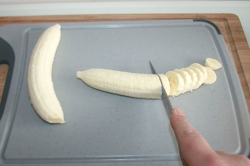 40 - Bananen in Scheiben schneiden / Cut banana in slices