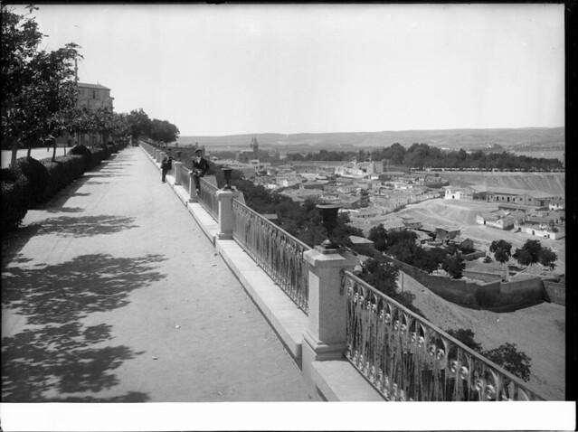 Paseo del Miradero a comienzos del siglo XX. Fotografía de J. Lacoste © MECD, Fototeca del IPCE, signatura VN-22674_P