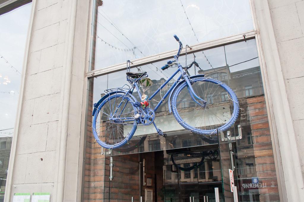 Москва. Центр. Над головами висят велосипеды :)