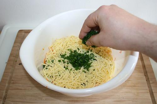 26 - Hälfte Schnittlauch & Petersilie hinzugeben / Add half of chives & parsley