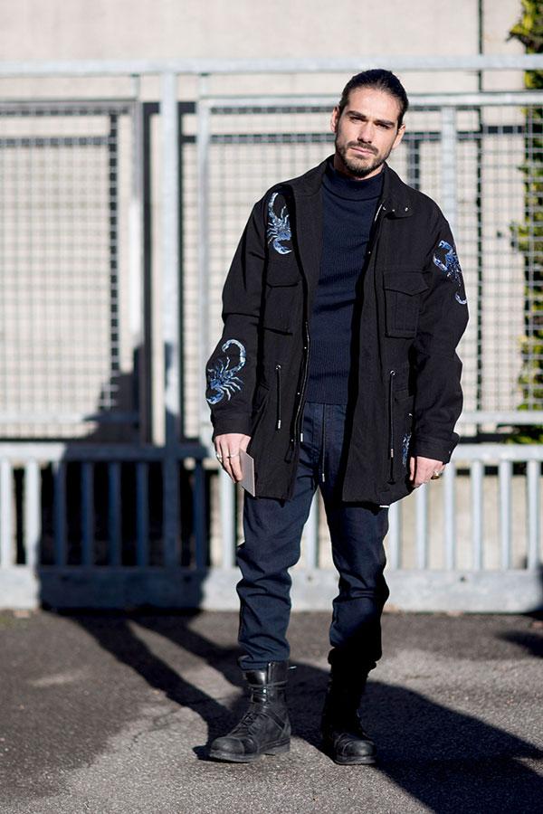 DIESEL黒コンバットジャケット×チャコールモックネックニット×チャコールパンツ×黒レースアップブーツ
