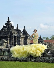 :gift_heart: foto prewedding outdoor Kk Tina & Doan di Candi Plaosan Temple Prambanan Klaten Jawa Tengah.  Foto prewedding by @poetrafoto, http://prewedding.poetrafoto.com Makeup & wardrobe by @naia_salon  Follow IG: @poetrafoto untuk lihat foto pre+weddi