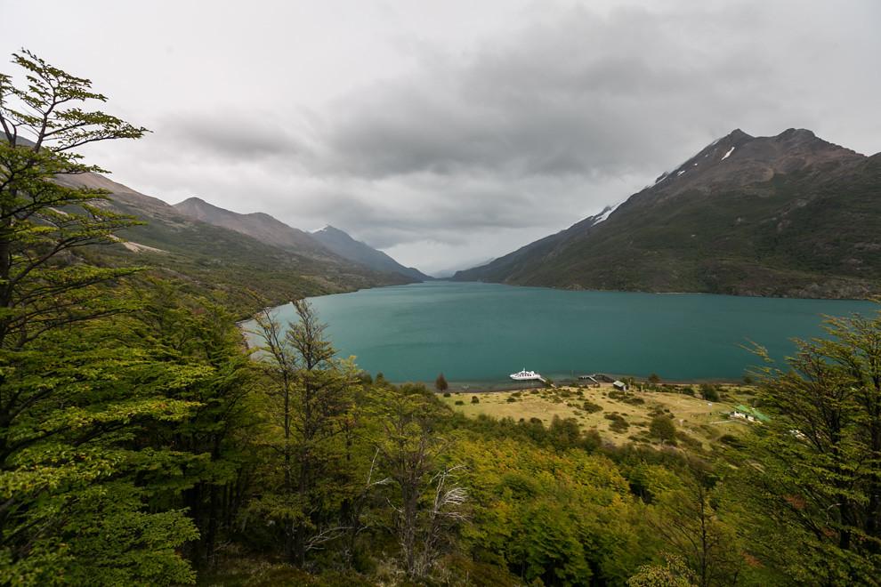 Al final del recorrido del Lago del Desierto se puede subir a un pequeño cerro desde donde se contempla toda su extensión, a muy pocos km. de la frontera con Chile.  (Tetsu Espósito).