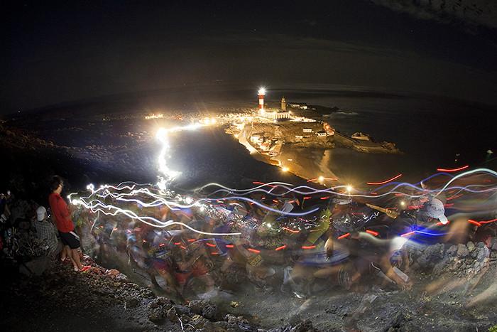 Η αύρα των φακών και στο βάθος το δυνατό φως του Faro de Fuencaliente ... © Transvulcania La Palma