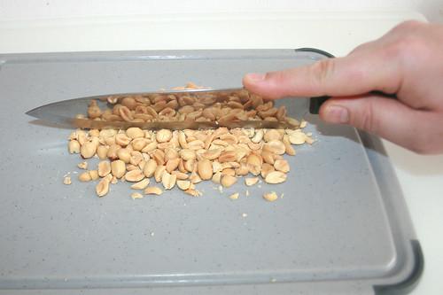 46 - Erdnüsse grob zerkleinern / Grind peanuts