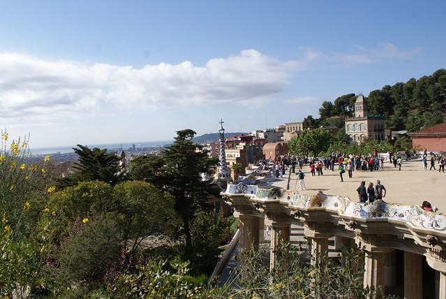 > Célèbre esplanade de Gaudi, un large plateau soutenu par des colonnes propose un large banc en mosaique de carrellage.