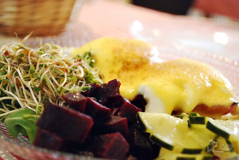 Huevos con remolacha,pepino y rucula.