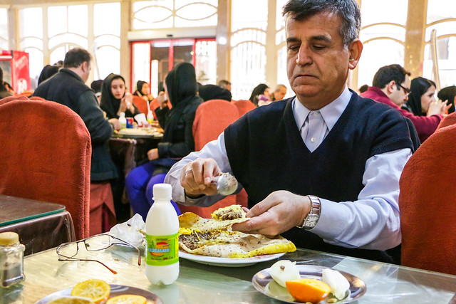 "A man eating famous local food ""Beryuni"" in a restaurant, Isfahan イスファハン、名物料理ベルヤーニーを食べる男性"