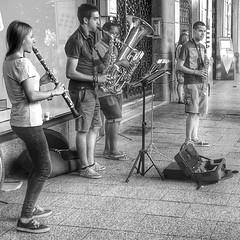 Enjoying street art / Disfrutando del arte callejero #hdr #Zaragoza #música #music #street #calle