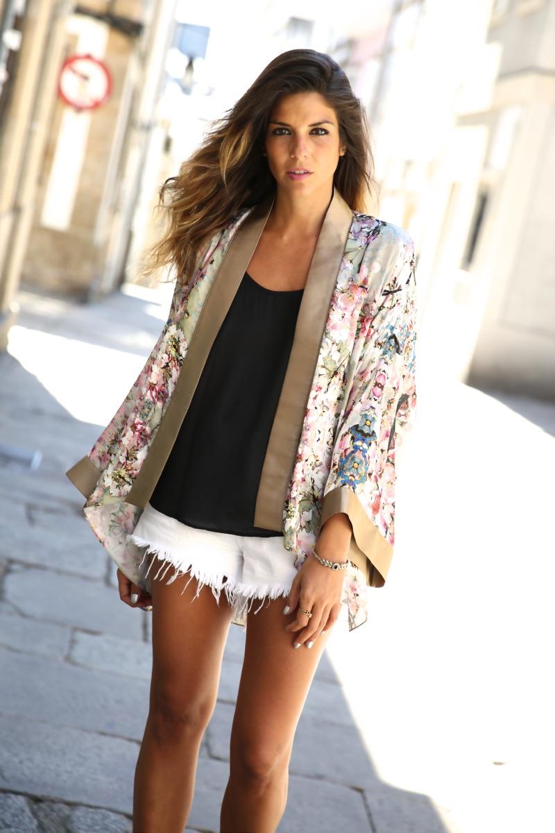 trendy_taste-look-outfit-street_style-ootd-blog-blogger-fashion_spain-moda_españa-kimono-white_sandals-sandalias_altas_plataformas-guess-denim_white_shorts-shorts_vaqueros_blancos-8