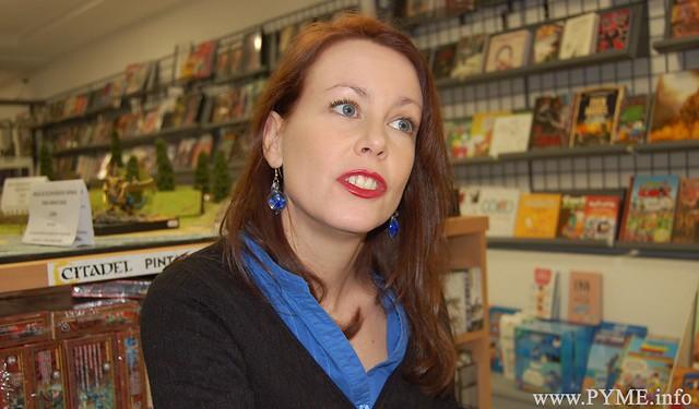 Momento de la entrevista a Soledad Gómez, presidenta de ASECOV, en su librería.