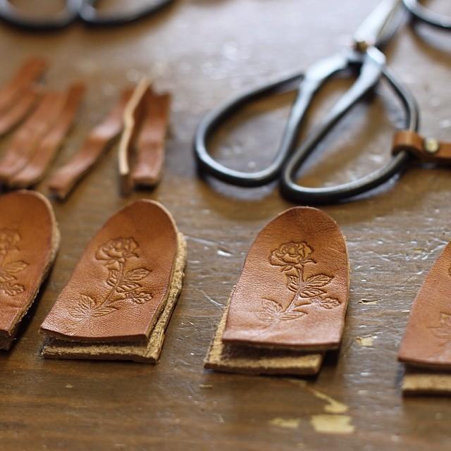 #linecamera 革に薔薇を刻印しました。これからチクチク縫って花切り鋏のケース作ります(^.^)
