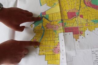 劉玉英在該區基本農田地圖上指出污染地點與京密飲水渠的相對位置。