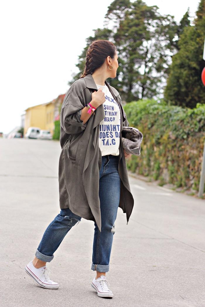 boyfriend_jeans-trench-bershka-printed_sweatshirt-trenza-street_style-outfit