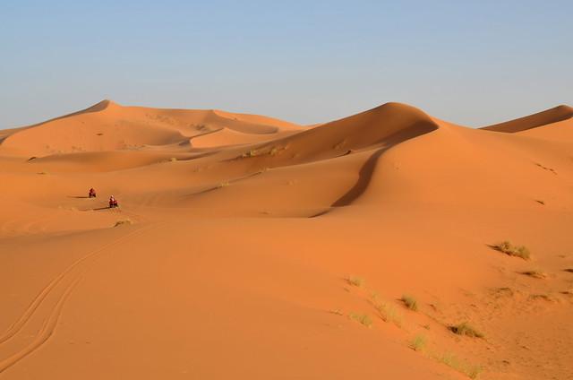 Con los quads por las dunas de Erg Chebbi, un mar de arena dorada, una de las excursiones por el desierto de Marruecos más guays