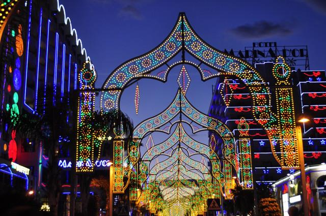 Avenida principal de Marina D'or iluminada por las noches marina d'or - 14003701829 91cda303b9 z - Marina D'or, ciudad de vacaciones para niños y adultos
