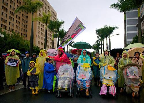 臺北308廢核大遊行站出來,一個個感動的瞬間,一幅幅動人的身影。 圖:媽媽監督核電廠聯盟