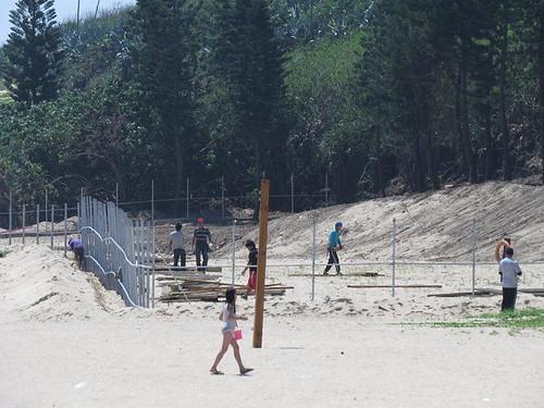 為了蓋飯店,業者在嵵裡沙灘豎起圍籬(圖片來源:海洋公民基金會)