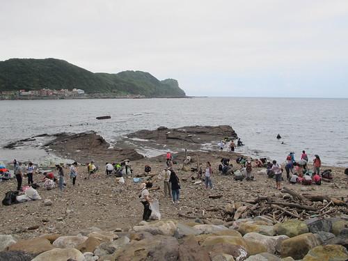 龍洞灣3號潛點,淨灘志工們在海灘上撿拾垃圾