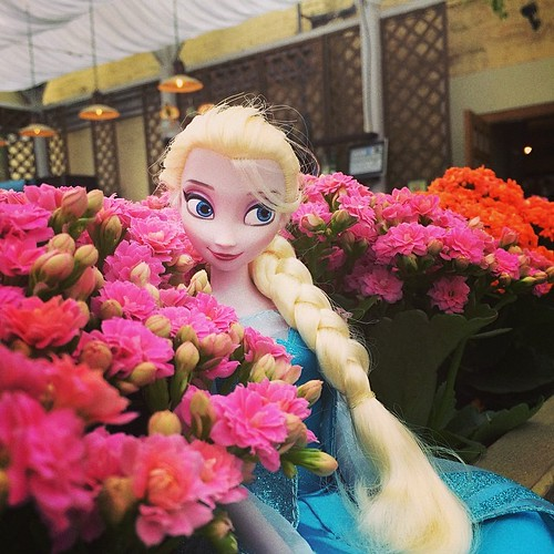 Elza in uncommon surroundings #Elsa #disney #frozen