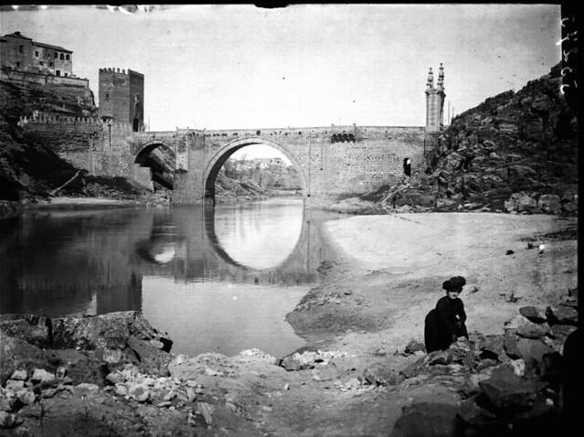 Puente de Alcántara a comienzos del siglo XX. Fotografía de J. Lacoste © MECD, Fototeca del IPCE, signatura VN-10483_P