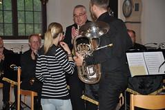 Emma Hjelmqvist delar ut blommor till solist och dirigent