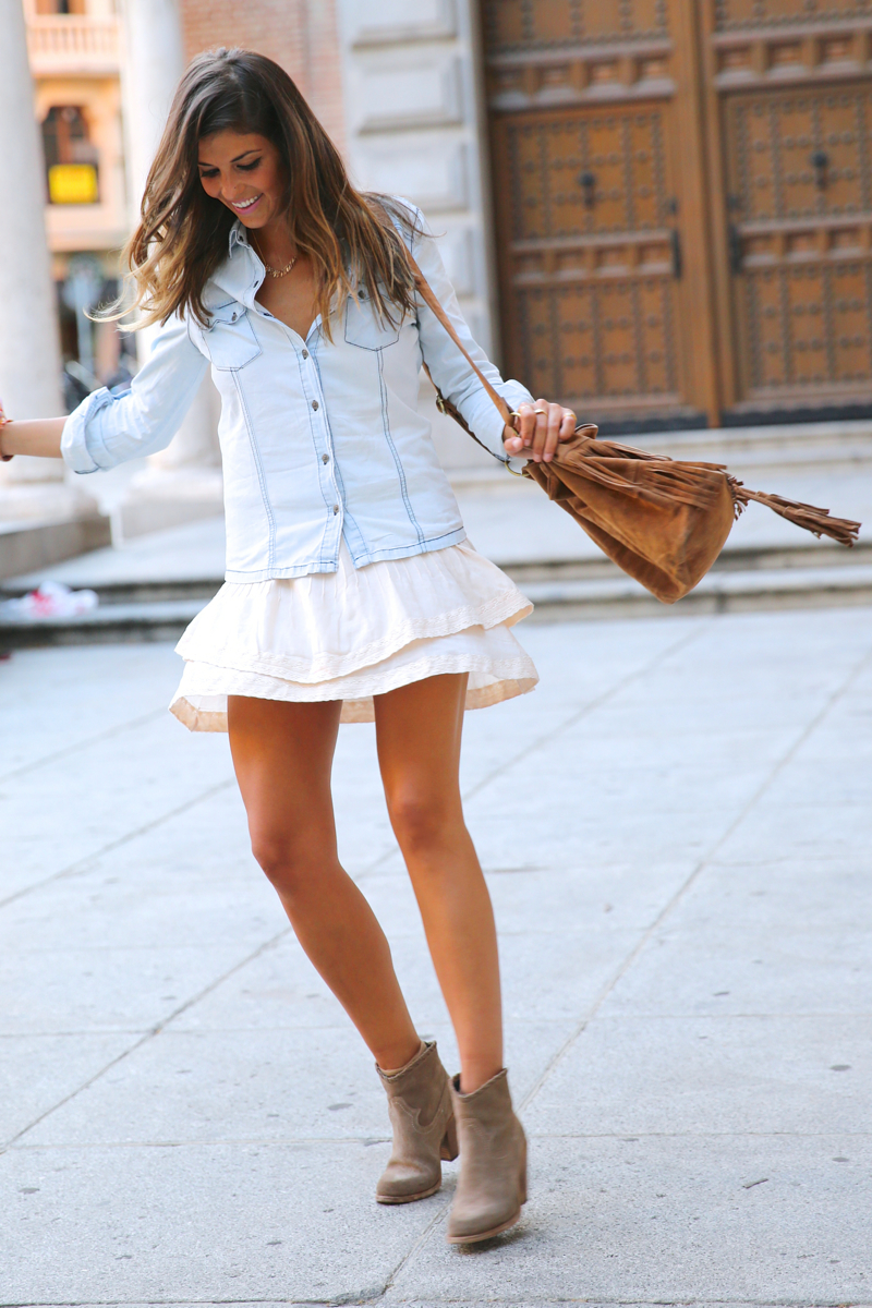 trendy_taste-look-outfit-street_style-denim-blog-blogger-fashion_spain-moda_españa-botines_camperos-it_shoes-cowboy_booties-skirt-falda-bolso_flecos-fringes_bag-camisa_vaquera-denim_shirt-17