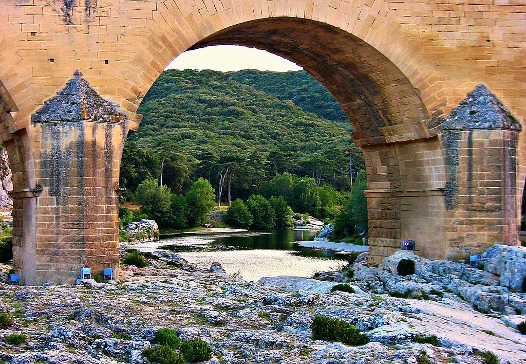 FRANCE - Provence , röm. Aquädukt  Pont du Gard , Blick durch einen der Bögen auf den Fluss Gardon und die schöne Gegend, 12020/3668