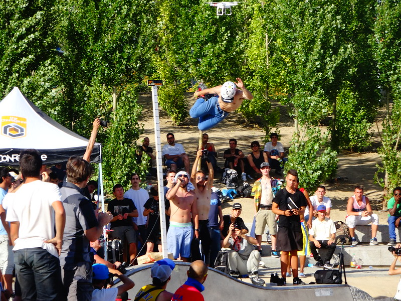 The crowd watches, Parque Lineal, Madrid.