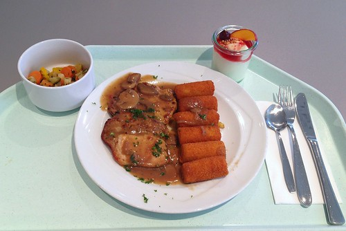 Minutensteak vom Schwein in Champignonsauce mit Kroketten / Pork steak in mushroom sauce with croquettes