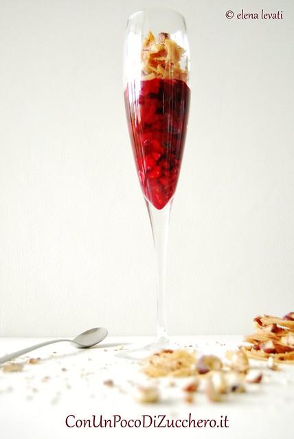 Bicchiere croccante di amarene e phyllo alle nocciole