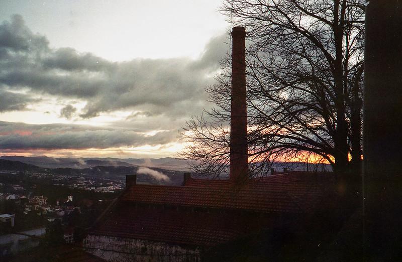deste lado da serra vemos apenas o amanhecer