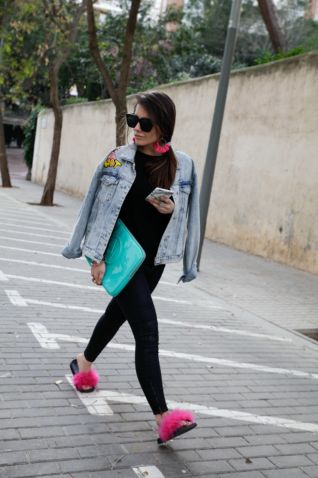 01_black_look_with_pink_fluffy_sandals_theguestgirl_laura_santolaria_noholita_dulceida_collagevintahe_sincerlyjules