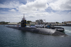 USS Louisville (SSN 724) approaches the submarine piers at Joint Base Pearl Harbor-Hickam, March 23. (U.S. Navy/MC2 Michael H. Lee)