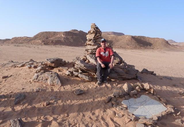 Sele en el monumento al príncipe Kamal en Gilf Kebir (Desierto Líbico, Egipto)