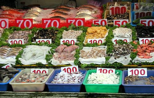 高雄旗津漁港的海鮮。在吃海鮮之前,你知道它們是哪裡來的、怎麼來的嗎?(來源:維基百科)