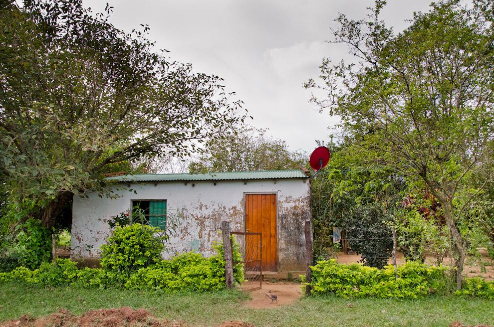 Una sencilla casa rodeada de árboles  forma parte del paisaje citadino de Paso de Patria, Departamento de Ñeembucú. (Elton Núñez)