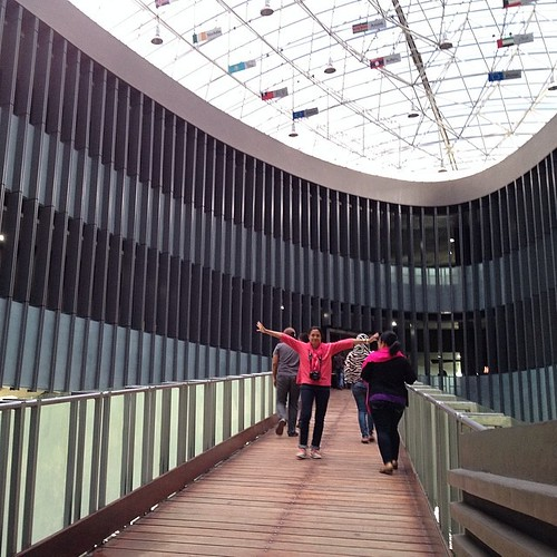 """Di bagian museum tsunami ini, ada jembatan penghubung ke lantai atas. Ruang ini apresiasi para negara yg bantu pemulihan pasca bencana. Selain menyatukan umat manusia dalam semangat tolong-menolong, tsunami juga meleburkan konflik GAM-TNI. """"Kalau gak ada"""