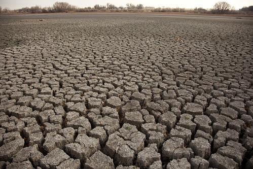 कहीं बाढ़ तो कहीं सूखा फिर भी मानव ने न चेता
