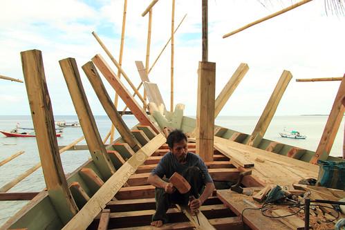 Seorang Pekerja Pembuatan Kapal Phinisi